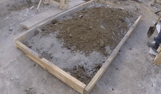 замес цемента для фундамента