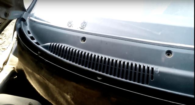 Дренажные и вентиляционные отверстия под капотом у лобового стекла