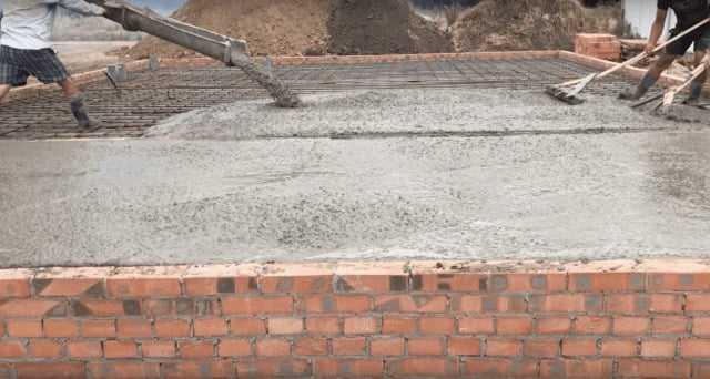 填充由 M200 混凝土建造的两层房屋的基础