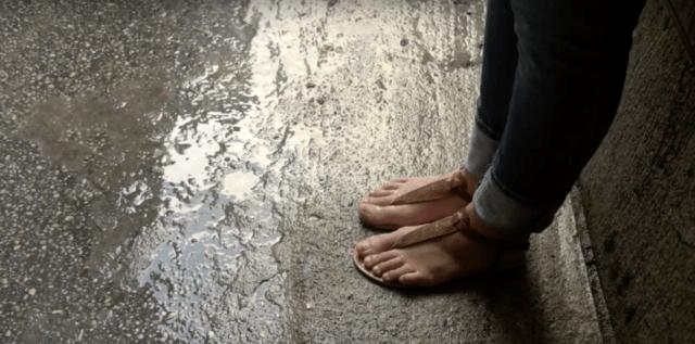 мокрая погода и слякоть заставляют россиян снимать обувь дома
