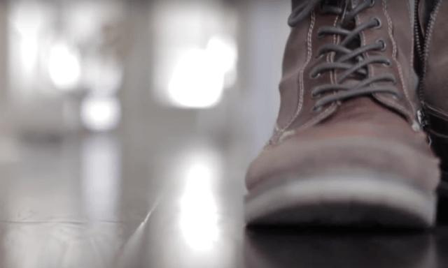 не снимают обувь дома, вместо этого часто убирают и меняют напольное покрытие