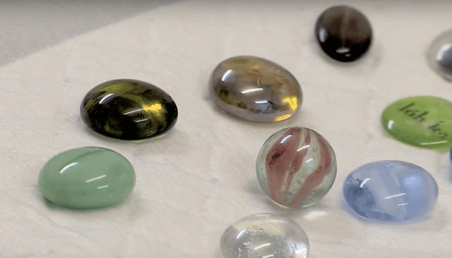 маленькие стеклянные шарики могут случайно проглотить дети