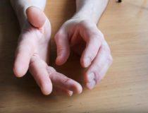 Сыпь на пальцах рук: главные причины появления